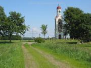 Op de voorgrond het kerkepad naar Wetsinge
